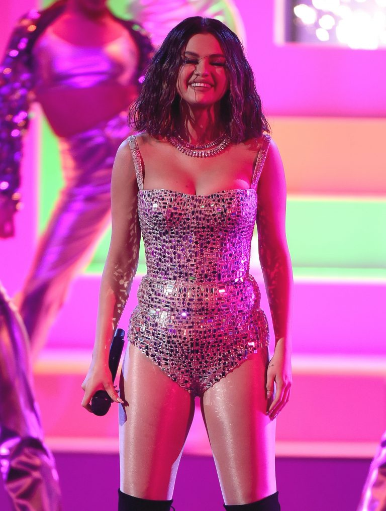 Selena Gomez got nervous and had panic attack Before AMAs Performance