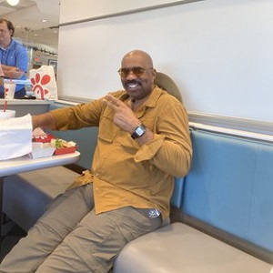 Kanye West Posted A Picture of Comedian Steve Harvey On Twitter And Fans Noticed Something Suspicious