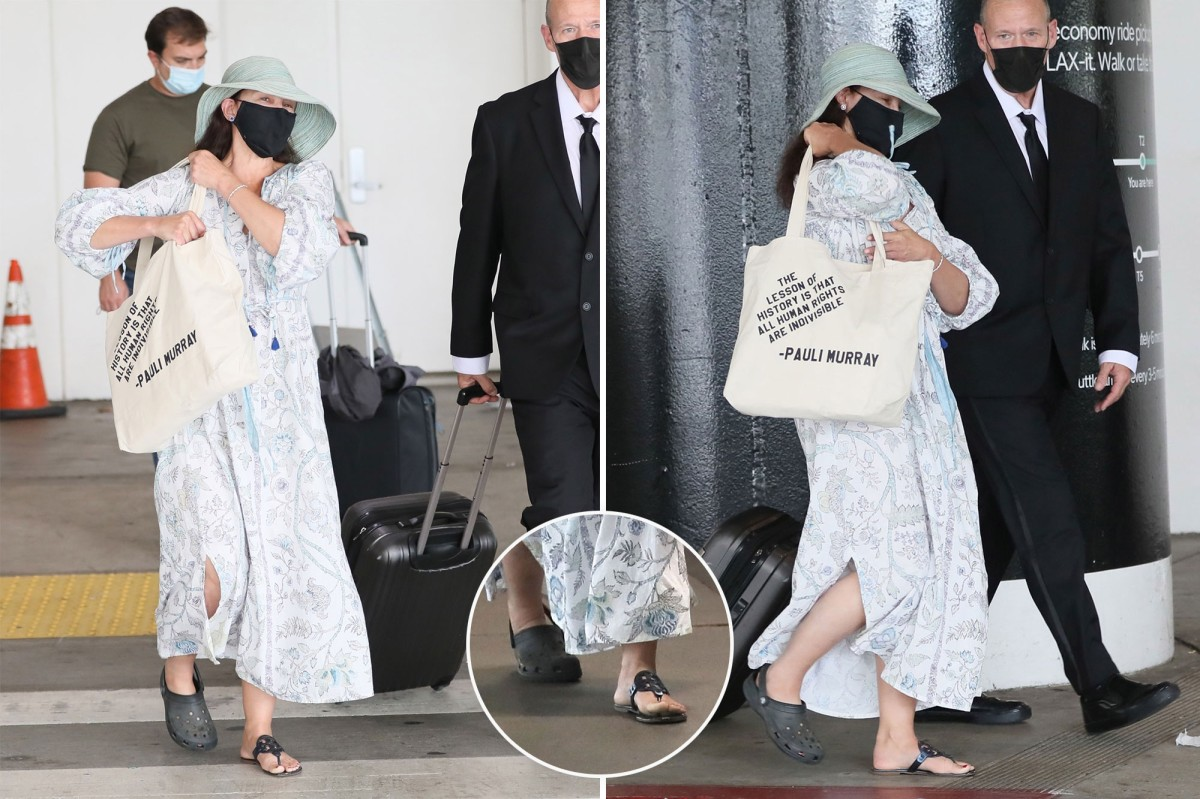 Actress Ashley Judd Wears lone Croc To Airport After Leg Injury